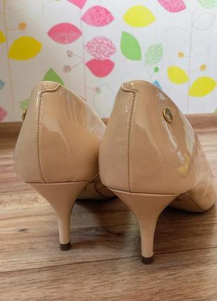 Туфли-лодочки лаковые беж. средний каблук.
