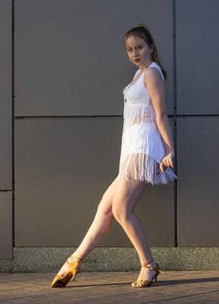 Белый костюм для танцев с бахромой