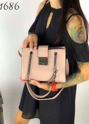 1757.     розовая сумка с брелком