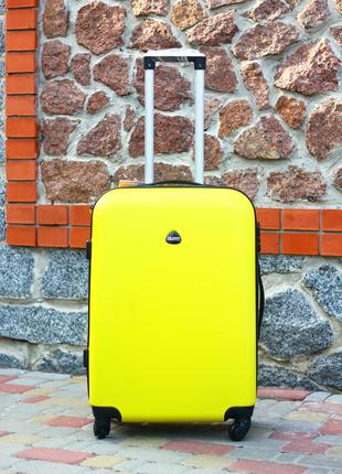 Желтый пластиковый чемодан средний валіза пластикова польша