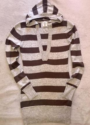 Удлинённый свитер с капюшоном.