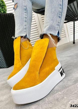 1763.     желтые ботинки из натуральной замши на танкетке