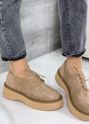 1764.    бежевые замшевые туфли на шнурках