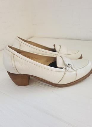 Кожаные туфли молочного цвета на невысоком устойчивом каблуке 38 р.
