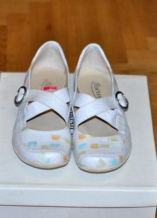 Новые очень удобные кожаные туфли на низком ходу размер 39