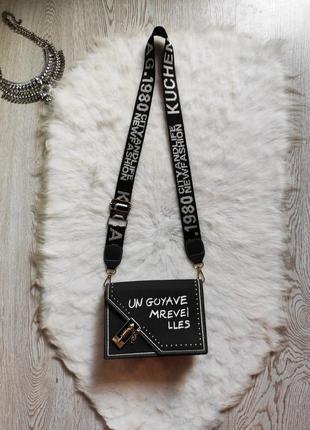 Черная маленькая средняя сумка белым принтом надписями широкая шлейка сменная ручка клатч