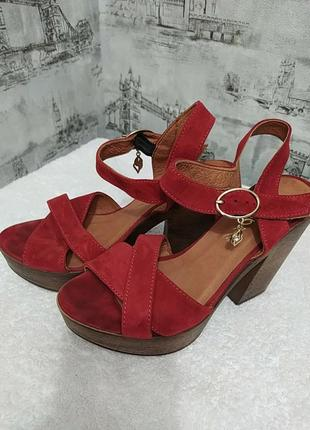 Красные замшевые босоножки на высоком каблуке и платформе
