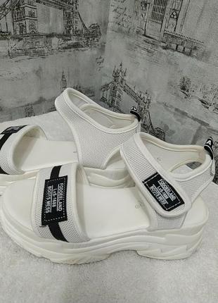 Белые босоножки спорт