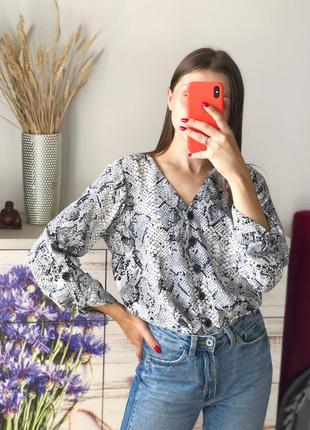Красивая блуза в питоновый принт