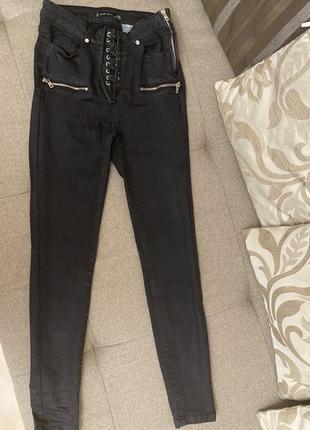 Чёрные штаны на высокой посадке