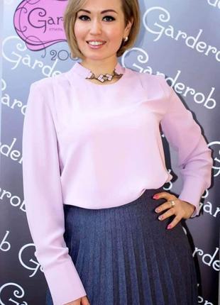 Розовая блуза с длинным рукавом.