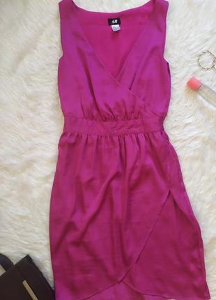 Стильное актуальное атласное платье на запах цвета фуксия