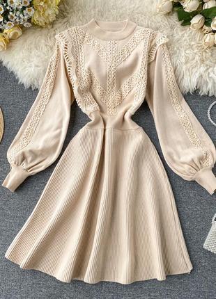 Молочное платье с кружевом на рукавах а-силуэт цвета айвори, теплое платье с юбкой-плиссе