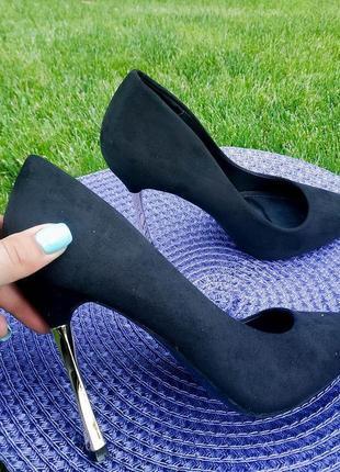 Классические черные туфли лодочки на золотистом каблуке