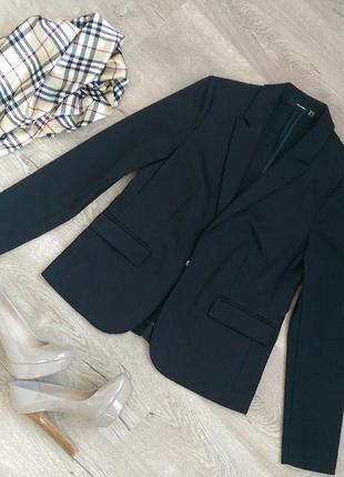 Элегантный черный пиджак  hallhubet