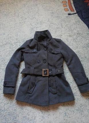 Стильное темно серое пальто на осень