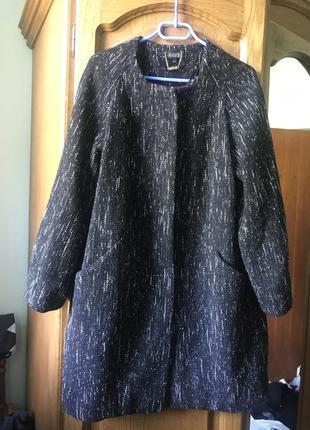 Красивое пальто из плотной ткани .