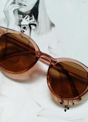Стильные  солнцезащитные очки  в цветной оправе  коричневый