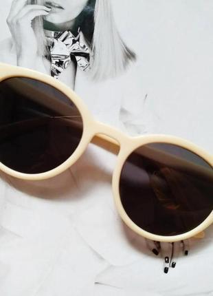 Стильные  солнцезащитные очки  в цветной оправе  молочный