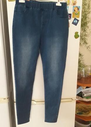 Синие джинсы с карманами