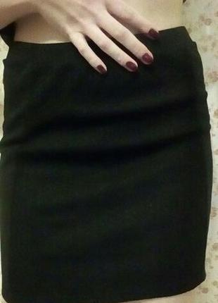 Чорна приталена спідниця розміру м, bershka