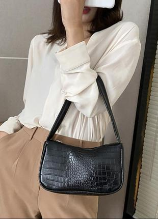 Лаковая сумка багет с короткой ручкой на плечо чёрная видно обзор
