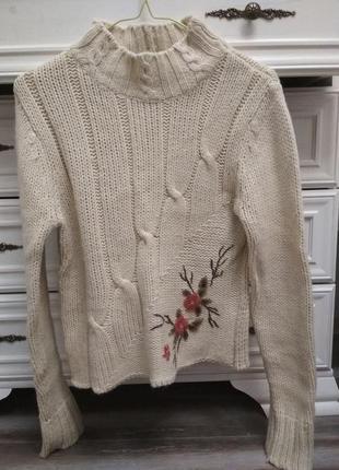 Теплый шерстяной свитер с вышивкой