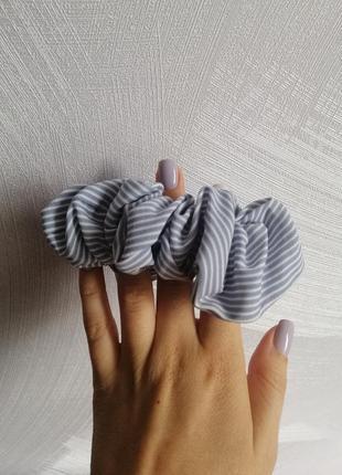 Резинка для волос голубая белая в полоску