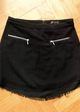 Короткая чёрная юбка. на молнии сзади