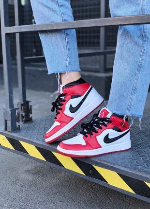 Мощные кроссовки nike  jordan 1 mid chicago найк джордан красные с белым мужские / женские