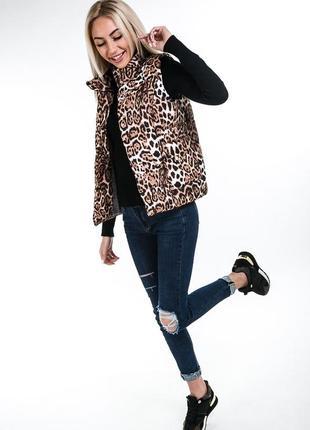 Женский жилет на синтепоне бежевый с леопардовым принтом