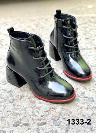 Модные лаковые ботинки ботильоны