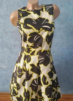 Красивое нарядное платье миди с пышной юбкой в цветах