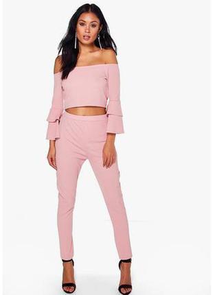 Розовый комплект с открытыми плечами и брюками -скини на высокой посадке