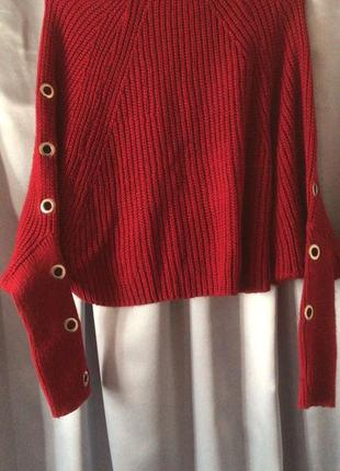 Вязаный красный свитер{кофта} с люверсами