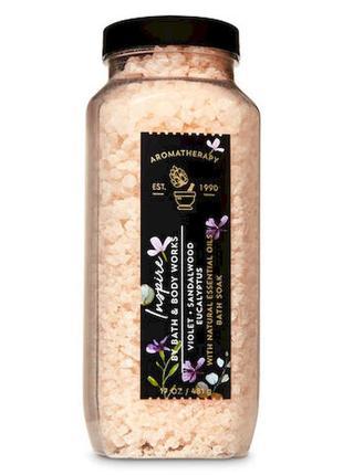 Соль для ванны с эфирными маслами aromatherapy bath and body violet sandalwood 481 г