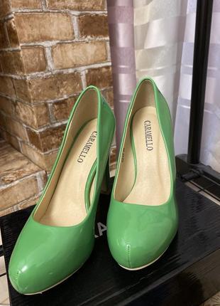 Зелёные туфли на каблуке