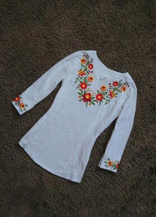 Приталенная вышиванка с цветочками орнаментом вышивка