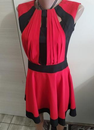 Яркое красное расклешенное платье