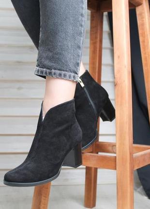 Демисезонные женские ботинки из замши