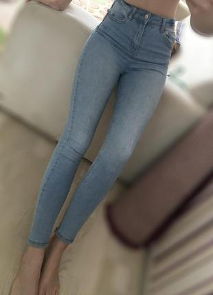 Нежно голубые джинсы с высокой посадкой