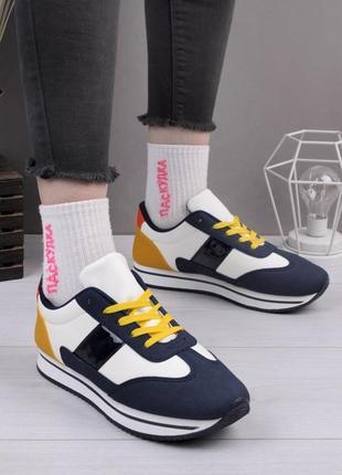 Разноцветные кроссовки с желтыми шнурками
