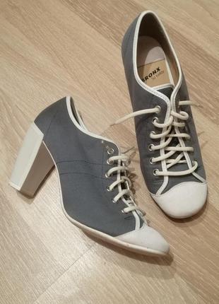 Классные туфли на каблуке, шнуровке в спорт стиле