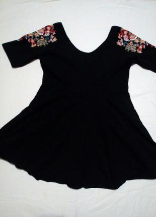 Платье с вышивкой на рукавах
