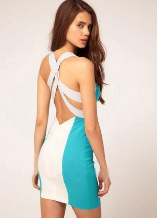 Платье с переплётами на спине