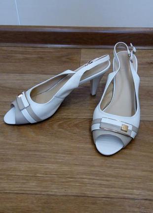 Кожаные новые босоножки на устойчивом каблуке.