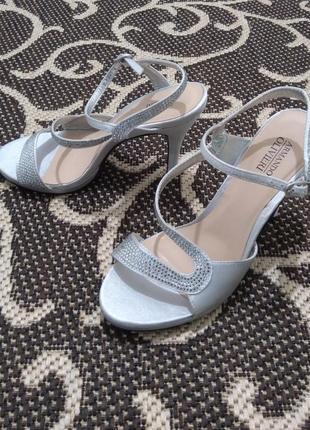 150 гривен любая пара обуви, любые следующие пары по 100 грн