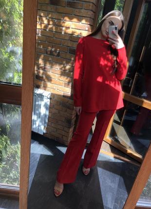 Шикарный брючный костюм клеш красного цвета