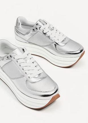Безупречные серебрянные кроссовки на платформе zara