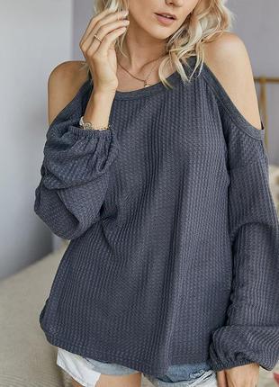 Пуловер с вырезами на плечах в мелкий рубчик
